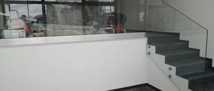 Kaljeno steklo – kuhinjska stekla, steklene tuš kabine, nadstreški, ograje…