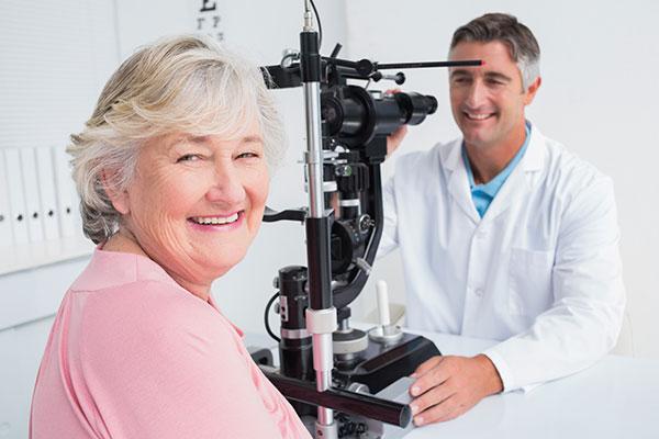 skrb za oči vključuje redne preglede pri očesnem zdravniku